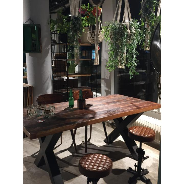 Tafel stoer industrieel massief hout x poten bij Indistrieel op zoek naar een tafel