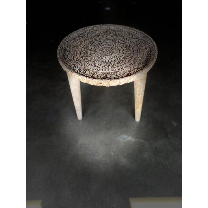 houten bijzettafeltje met houtsnijwerk uit India